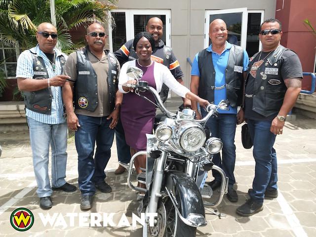 Gonini Motorclub Suriname bezoekt minister