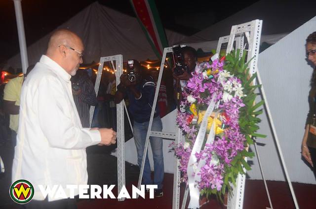 Kranslegging bij Monument van de Revolutie in Suriname