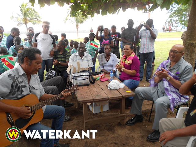 President bezoekt getroffen gebieden binnenland Suriname