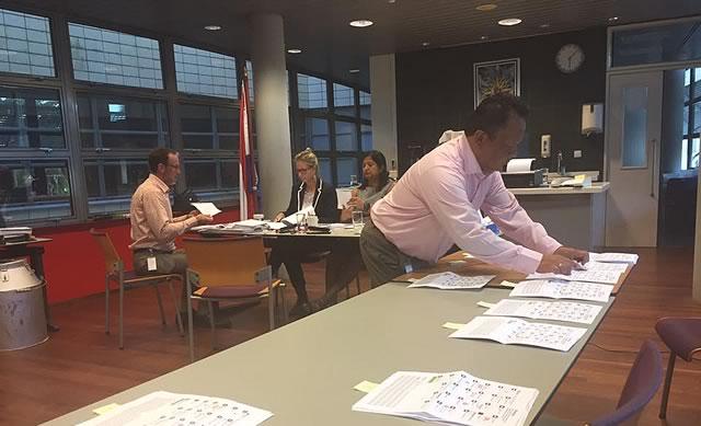 Nederlandse stemgerechtigden stemmen in Suriname