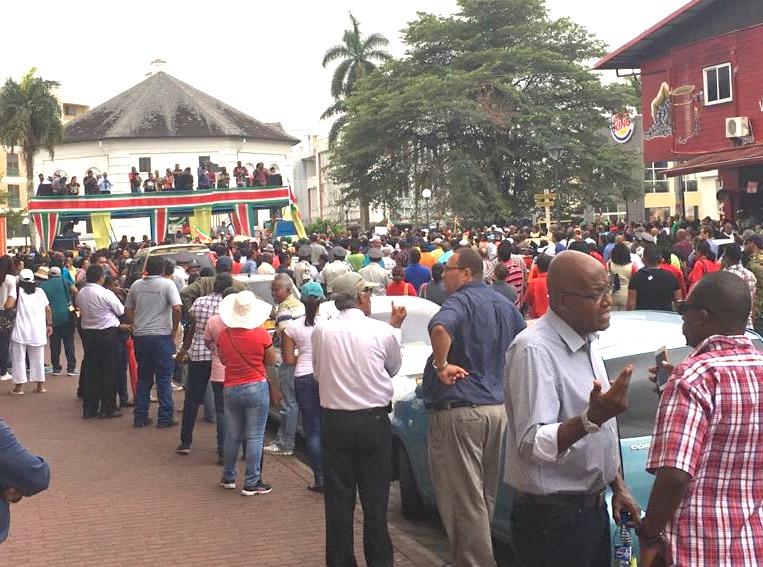 Protest in Suriname: auto rijdt in op menigte