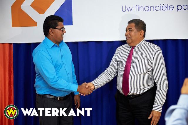 Hakrinbank Suriname schenkt naamborden aan Commewijne
