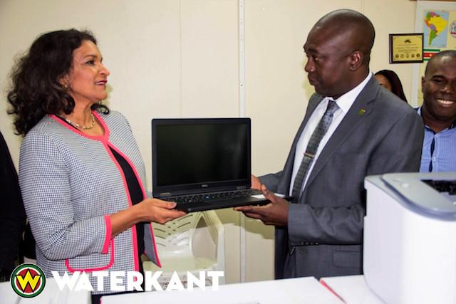 Rosebel Gold Mines doneert laptops aan ministerie Suriname