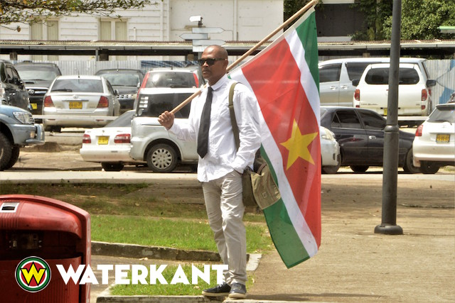Vader protesteert tegen lerarenstaking Suriname