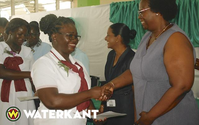 Diploma uitreiking verpleegkundig beroepsonderwijs in Suriname