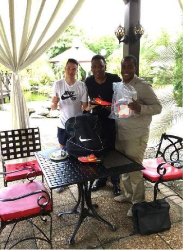 Ajax speler ondersteunt damesvoetbalproject in Suriname
