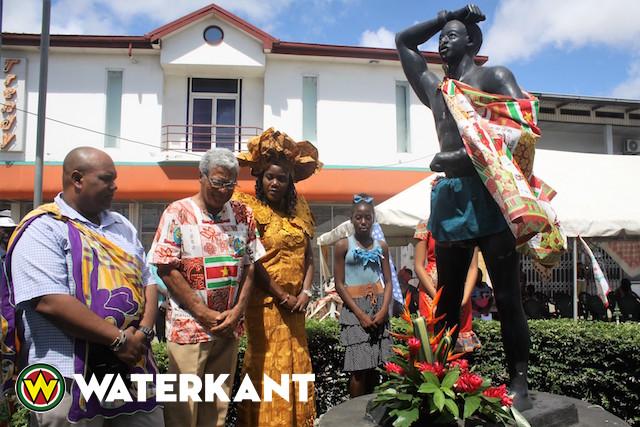Kransen bij standbeeld van Kwakoe in Suriname