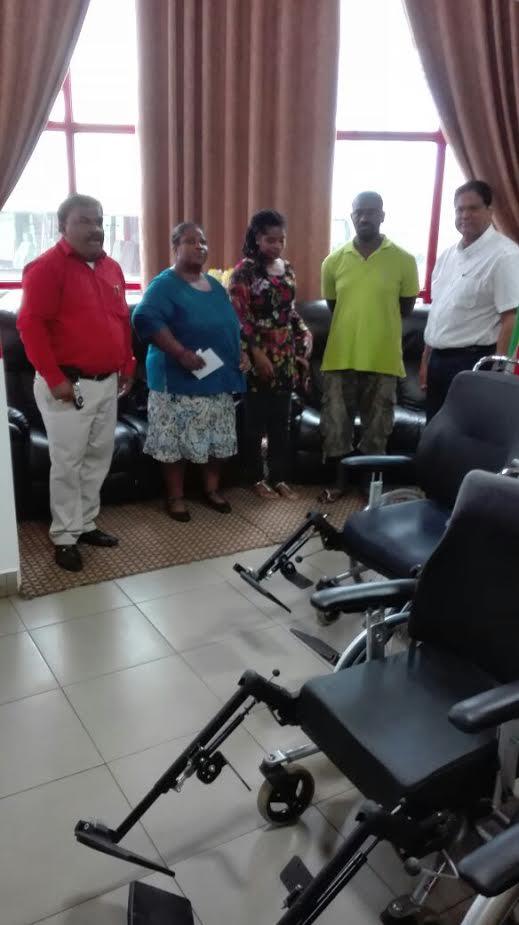 VHP schenkt rolstoelen aan Huize Bethaljada Suriname