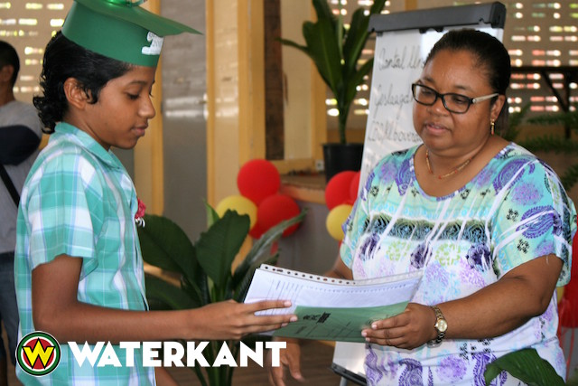 Best geslaagden basisscholen Suriname in de bloemetjes gezet