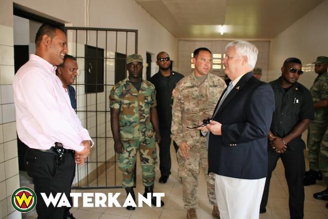 Amerikaanse ambassadeur Suriname bezoekt school