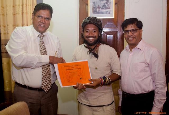 Wereldfietser Somen Debnath krijgt erkenning VHP Suriname