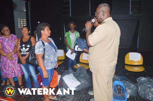 Districtscommissaris Paramaribo reikt schoolpakketten uit