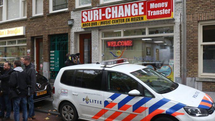 Nederlandse politie doet invallen bij geldkantoren