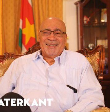President Bouterse weer aan het werk