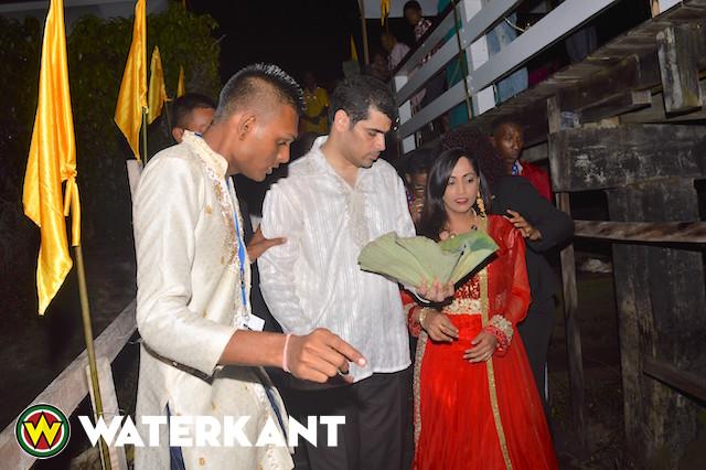 Hindoes vieren 'Ganga Nahan' in Suriname