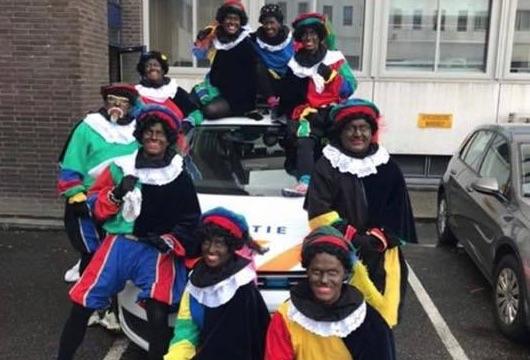 Politie haalt foto met agenten als Zwarte Piet weg