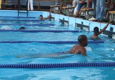 Schoolkinderen uit volksbuurten Suriname leren zwemmen met LSLP