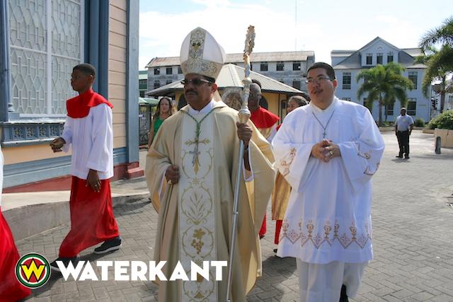 Bisschop van Paramaribo luidt Kerstdag Suriname in