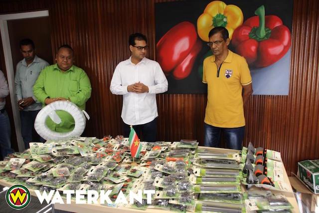 Schenking Stichting Tuin en Rozen Suriname aan ministerie