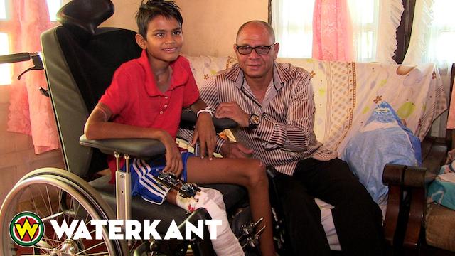 Rolstoel en donatie voor verkeersslachtoffer(13) in Suriname