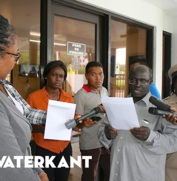 Protest kandidaat-opvolger Aboikoni bij Assemblee in Suriname
