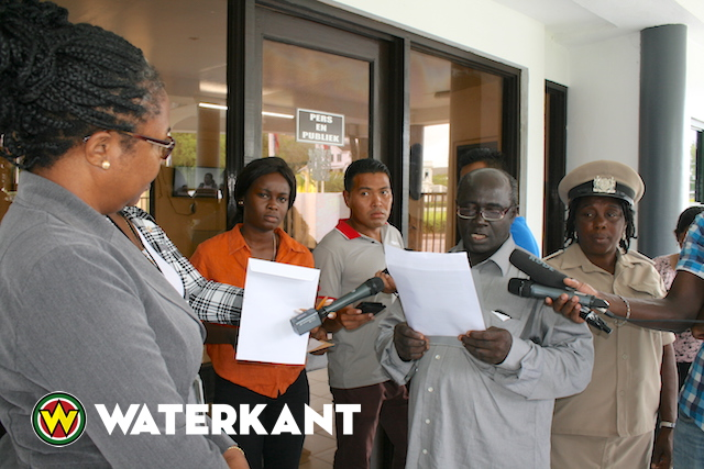 Protest kandidaat-opvolger Aboikoni bij Assemblee in Suriname