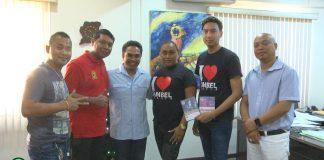 Theatergroep Sambel Trasie bezoekt minister in Suriname