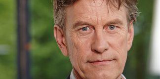 Presentator Pieter Jan Hagens met zeilboot naar Suriname
