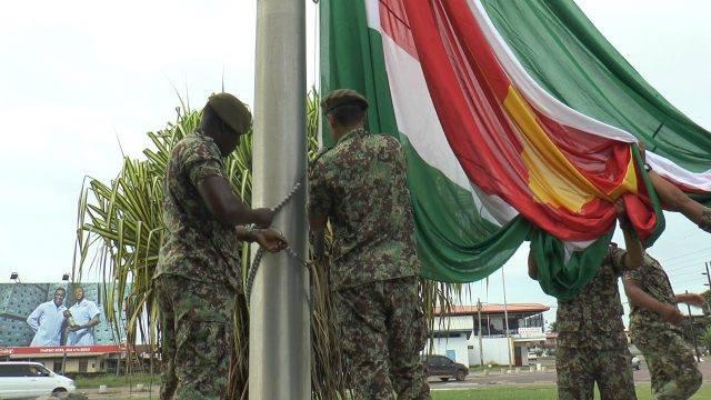 Grote vlaggen bij rotondes in Suriname i.v.m. 25 februari