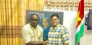 'Mony Hond Bordo' op bezoek bij VHP voorzitter Santokhi