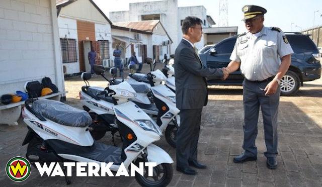 Politie Suriname krijgt E-bikes van China