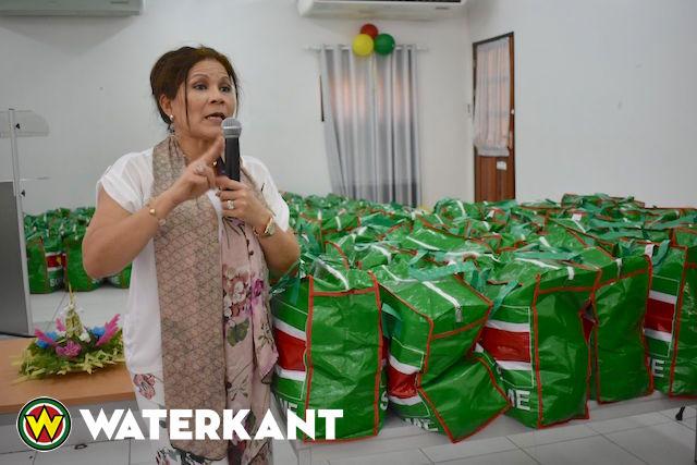 First Lady maakt 200 vrouwen blij met voedselpakket