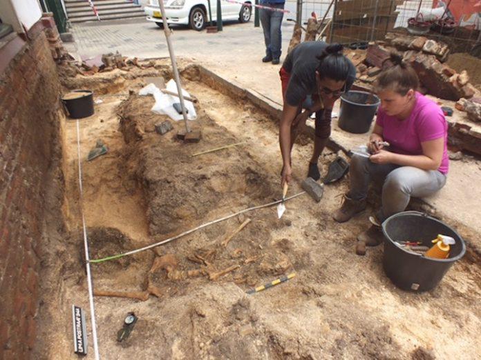 Skelet onder trottoir Lim A Postraat in Suriname