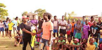Minister voorziet jongeren Santodorp van sportmateriaal