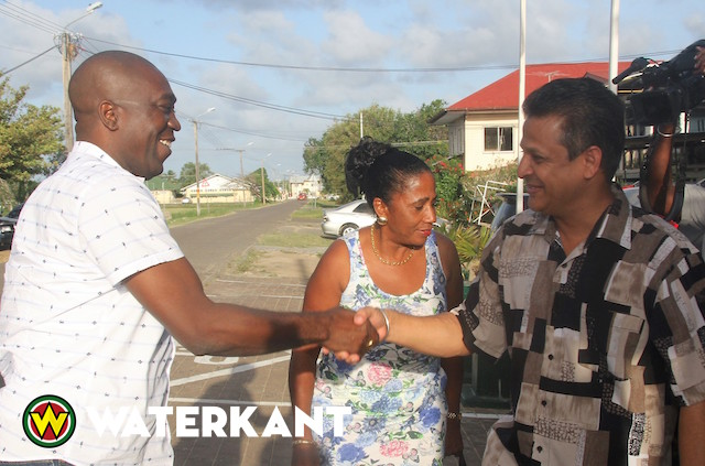 Minister Dikan naar DC Meeting in district Nickerie