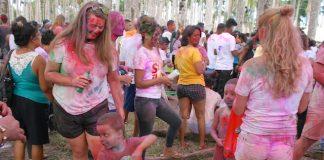 Foto's viering Holi Phagwa in Palmentuin Suriname