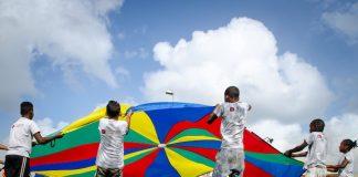 Blije kinderen met beperking genieten van sportdag