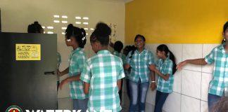 Staatsolie financiert renovatie toiletten op scholen