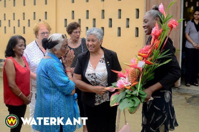 Minister Ferrier van Onderwijs bezoekt basisschool Kwatta