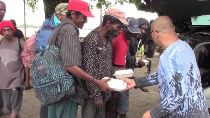 Eten en drinken voor 100 daklozen dankzij gift Nederlands bedrijf