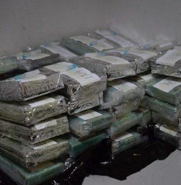 Drugs in dubbele bodem container vrachtruim vliegtuig
