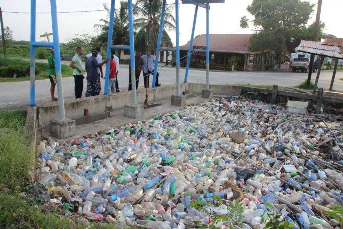 Deze rommel draagt bij aan wateroverlast in Suriname