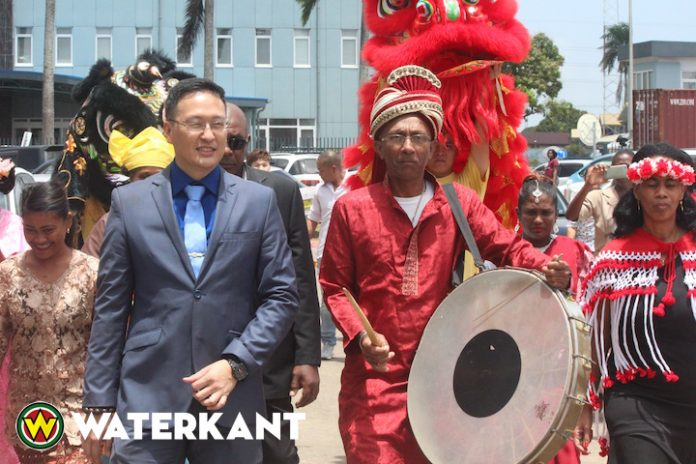 Minister Stephen Tsang op traditionele manier verwelkomd