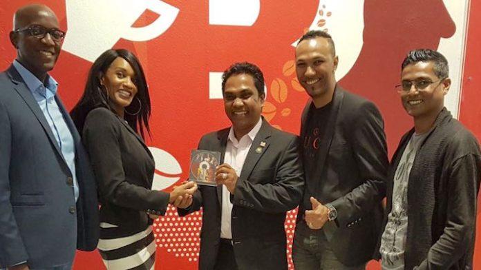 Minister Binnenlandse Zaken Suriname ontvangt CD 2-Remember