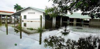 Wateroverlast op school door zware regen in Suriname