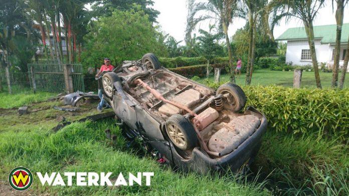 Auto over de kop na ontvoering en achtervolging door politie
