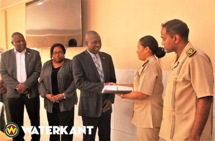 Minister ontvangt begrotingen van alle tien districten in Suriname