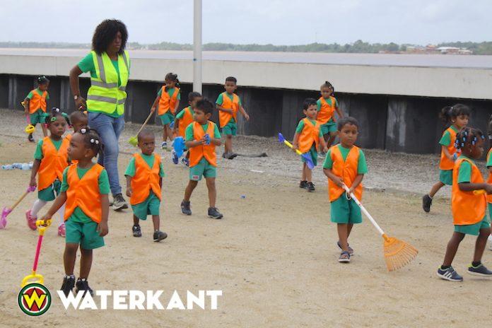 Peuters helpen bij schoonmaakactie aan de Waterkant