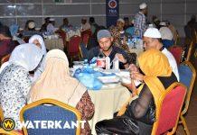 Moslims ontvasten met iftar in de Congreshal van Suriname