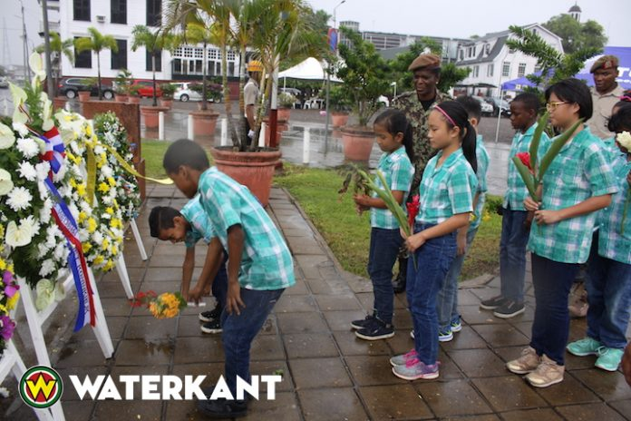 Schoolkinderen Suriname leggen kransen bij Monument der Gevallenen